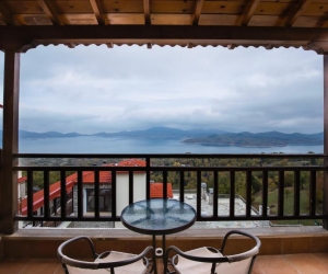 Δίκλινο Δωμάτιο  με 1 διπλό ή 2 μονά κρεβάτια  με θέα στη Λίμνη και τζάκι